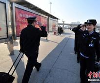 9,900 yuan falls into train squat toilet, police walk 8 kilometers along railway line to find it
