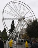 Heads roll in Athens over Ferris wheel that won't turn