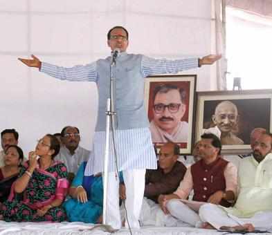 Chouhan launches 'peace fast', farmers vow to continue stir