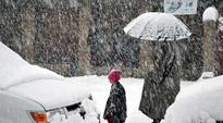 Fresh snowfall shuts Srinagar-Jammu Highway, flights disrupted