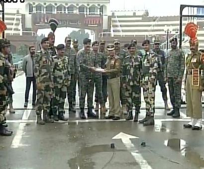 India-Pak troops exchange sweets on R-Day