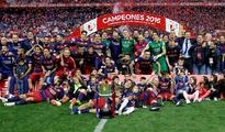 Ten-man Barcelona beats Sevilla in extra time ... Barcelona celebrate after winning the Copa del Rey Final. (Reuters / Sergio ...