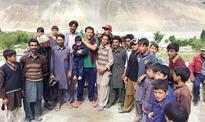 Imran enjoys Skardu weather with children