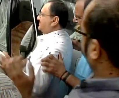 Bhopal: AIIMS students throw ink at Nadda in protest