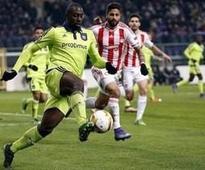 UPDATE 1-Soccer-Champions Olympiakos grab late goals to beat Panathinaikos