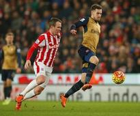 Arsenal draw to go top, United win at Liverpool