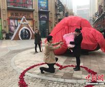 "Chinese Man Proposes to Girlfriend with ""33-Tonne Meteorite&#8221"
