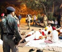 Clash over 'chitta' effigy: Congress leaders stage sit-in outside Badal's residence