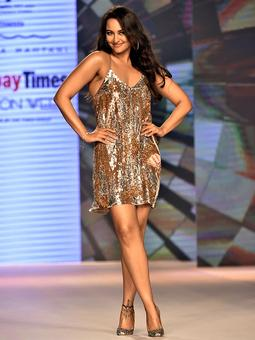 Pix: Sonakshi, Yami, Karishma get flirty on the ramp