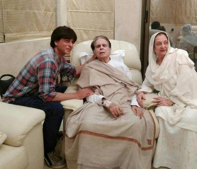 'Mooh-bola beta' SRK visits ailing Dilip Kumar at home