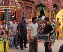 Watch: SRK Cheers Salman-Anushka On The Sets Of 'Baby Ko Bass Pasand Hai'