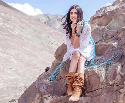 Adah Sharma wants to gift her friend the aussie superstar Chris Hemsworth