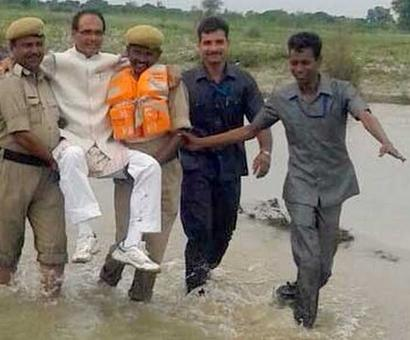 In flood-hit Panna, Madhya Pradesh CM gets a lift from cops