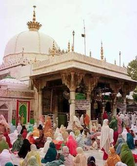 PM offers 'chadar' at Ajmer Sharif