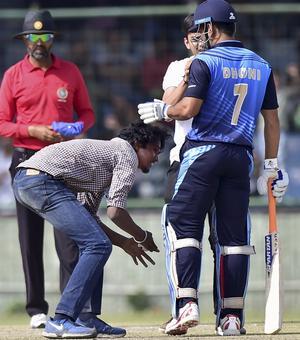 Vijay Hazare: Dhoni wins hearts but Bengal win semis