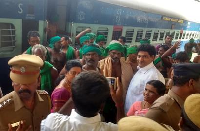 TN farmers return to heroes' welcome in Chennai