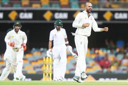 Australia survive Pakistan scare in day-night Test