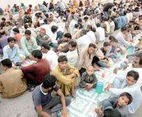 Iftar dastarkhwan: Aik Naiki completes one month of roadside kindness