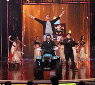 Akshay Kumar spices up Yaaron Ki Baraat grand finale with a pole dance on Maang Meri Bharo