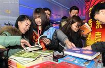 Jinan Railway Station organizes activity to greet upcoming Spring Festival