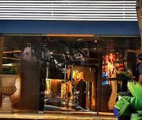 Thieves shoo away guard; loot designer store
