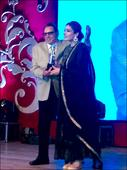 Check out Raveena Tandon receives award from veteran star Dharmendra