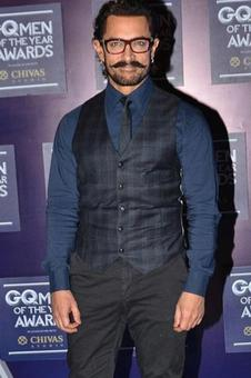 Aamir Khan makes a stylish entry on the red carpet