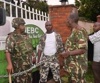 [VIDEO] MCA chains himself to IEBC gate as Kisumu demos kick off