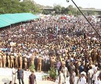 Thousands mourn Jayalalithaa
