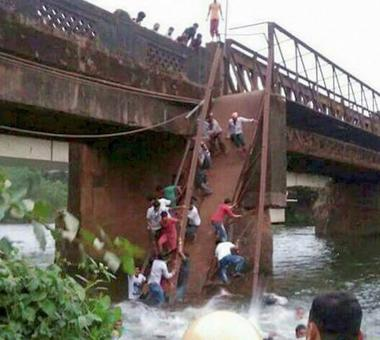 2 dead, 30 missing as bridge in Goa collapses in river