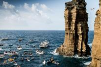 12 heart-pounding photos of people diving off of cliffs around the world