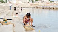 River fete over, biggest Pushkar Ghat turns into Dhobi Ghat