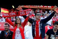 FÚTBOL COPA DEL REY - Unos 300 aficionados reciben al Sevilla a su llegada a la ciudad