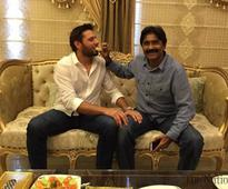 Afridi-Miandad tussle ends with sweets sharing