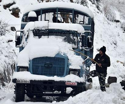 Heavy snowfall cuts off Kashmir from rest of India