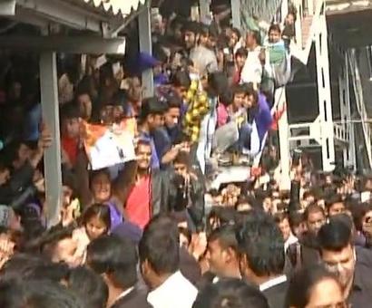 SRK takes a train: Delhi station comes to a standstill, 1 dead at Vadodara
