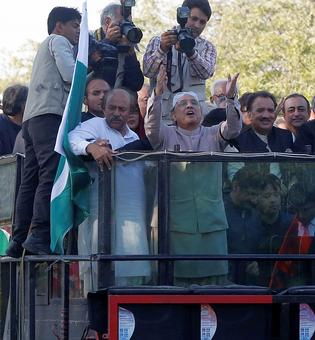 Zardari returns from 'exile'; may act as PPP patriarch