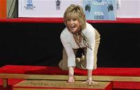 Jane Fonda leaves her prints in cement at Chinese Theatre ceremony