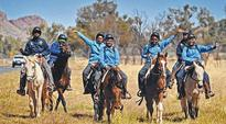 Schoolkids honour fallen Aboriginal light horsemen with eight-day Anzac ride to Alice Springs
