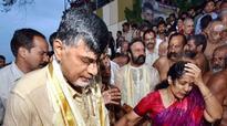 CM Chandrababu Naidu offers Venkanna sari to Krishnamma