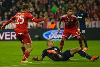 Holders Bayern brush aside United to reach semis
