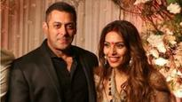 Watch: Bipasha Basu gives the best answer when a journalist asks Salman Khan about his marriage!