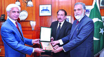 Justice Iftikhar Muhammad Chaudhry presenting a shield to Habib-ur-Rehman Sheikh