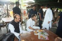 Rahul Gandhi relishes samosa-jalebi at roadside shanty