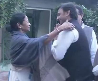 Akhilesh meets Didi, extends support in 'fight for secularism'