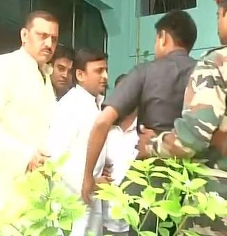 Akhilesh meets Kupwara braveheart's kin, pledges Rs 30 lakh