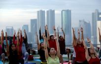Indonesia yoga lovers head to the roof for downward dog (VIDEO)