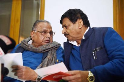 Mulayam excludes Shivpal from new candidate list