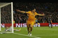Four-goal Suarez salutes Barca team mates
