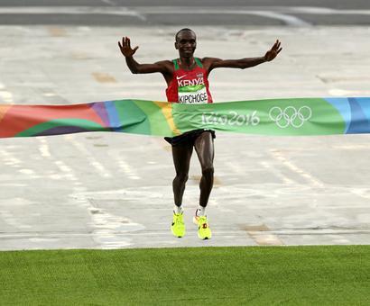 Kenya's Kipchoge triumphs in men's marathon